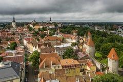 Adembenemende luchtmening van de middeleeuwse torens en de oude stad van Tallinn, Estland, vanaf de bovenkant van de St Olav ` s  stock fotografie