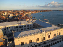 Adembenemende Mening van Cityscape en beroemde Palazzo Ducale in het Avond Zonlicht, Venetië, Italië Stock Foto's