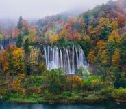 Adembenemende mening van een grote waterval in het Nationale Park van Plitvice, Unesco van Kroatië Royalty-vrije Stock Foto