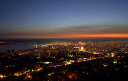 Adembenemende purpere hemel over de stad na zonsondergang royalty-vrije stock afbeelding