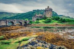 Adembenemende schemer over loch in Eilean Donan Castle, Schotland Stock Afbeeldingen