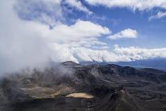 Adembenemende vulkanische landschapsmening vanaf de bovenkant van onderstel Ngauruhoe Één van de grote gangen in Nieuw Zeeland, h Stock Afbeelding