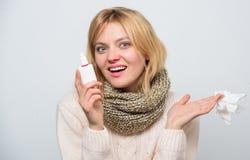 Ademhaling met comfort Leuke vrouw die neuskoude of allergie verzorgen Het behandelen van verkoudheid of allergisch Rhinitis Ziek stock foto's