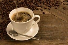 Adentro taza llenada café fresco Foto de archivo libre de regalías