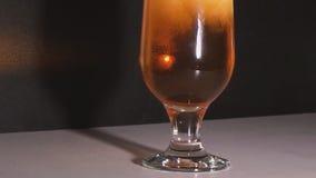 Adentro tiro detallado de cristal vertido cerveza metrajes