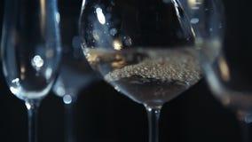 Adentro vidrio vertido vino almacen de video