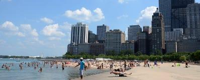 Adeptes de la plage à la plage de l'Ohio, Chicago photo libre de droits