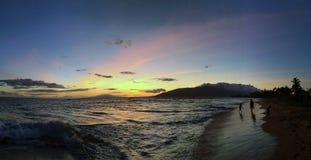 Adeptes de la plage à un coucher du soleil hawaïen sur l'île de Maui Images libres de droits