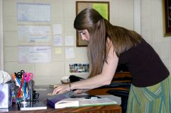 Adepto en el trabajo de oficina Imagen de archivo