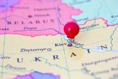 Pushpin vermelho no mapa de Ucrânia Foto de Stock Royalty Free