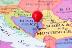Pushpin vermelho no mapa de Bósnia Imagem de Stock