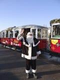 ADER, OOSTENRIJK - DECEMBER 21, 2013: Foto van Santa Claus en Kerstmistram Royalty-vrije Stock Afbeeldingen