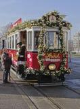 ADER, OOSTENRIJK - DECEMBER 21, 2013: Foto van Santa Claus en Kerstmistram Stock Afbeeldingen