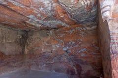 Adern von verschiedenen Formen, von Farben und von Schatten auf den roten Felsen der königlichen Gräber von PETRA, Jordanien, Mid Lizenzfreie Stockfotografie