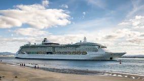 Adeus de ondulação dos povos ao Raidance do forro do cruzeiro do oceano do mar foto de stock royalty free