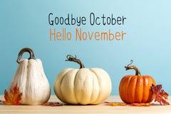 Adeus mensagem de outubro olá! novembro com abóboras fotografia de stock