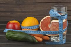 Adhérence diététique au programme de régime Aliments diététiques frais pour des athlètes Fruit sur une table en bois Images libres de droits