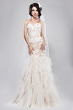 Adhésion. Jeune mariée magnifique véritable dans la longue robe nuptiale blanche. Style de mariage Photo stock