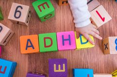 ADHD-begrepp Baby spelar med kuber med bokstäver Arkivbild