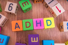 ADHD-begrepp Ord som är skriftligt med färgrika kuber med bokstäver Arkivbilder