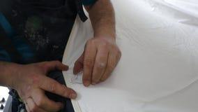Adhesie van een ring op een uitgerekt plafond stock footage