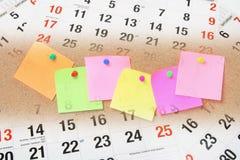 Adhesive anmärkningspapperen och kalendersidor Arkivfoto