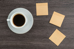 Adhesive Note and coffee on the desk Royalty Free Stock Photos
