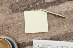 Adhezyjna notatka na biurku zdjęcia royalty free