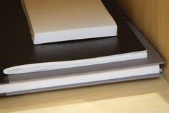Adhezyjne notatki z książkami na Drewnianym stole Zdjęcie Stock