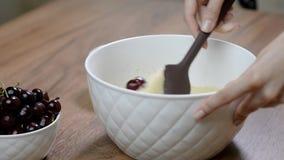 Adição a cereja na massa Fazendo queques da cereja video estoque