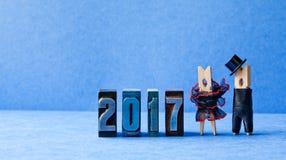 Adiós cartel del partido de 2017 años Prepare el sombrero negro del traje, vestido rojo negro de la novia Caracteres de las pinza Foto de archivo libre de regalías