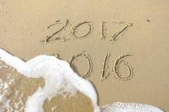 Adiós 2016 hola 2017 inscripción escrita en la arena de la playa Foto de archivo