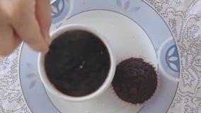 Adición de la mano de la mujer dulce al café de cocido al vapor al vapor caliente almacen de metraje de vídeo