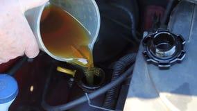 Adición del aceite en un motor de coche almacen de video