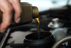 Adición del aceite a un coche Fotos de archivo