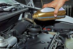 Adición del aceite a un coche Fotos de archivo libres de regalías