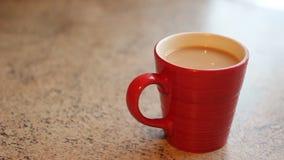 Adición del azúcar a una taza de té o de café almacen de video