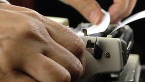 Adición del papel a la máquina de escribir metrajes