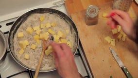 Adición del queso a un plato de la carne metrajes