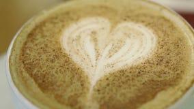 Adicionando o açúcar à xícara de café. filme