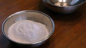Adicionando o bicarbonato de sódio em uma mistura video estoque