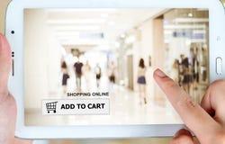 Adicione ao carro na tela da tabuleta, negócio, comércio eletrônico Imagens de Stock