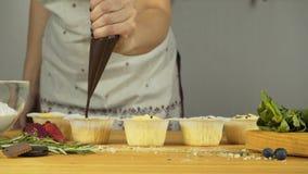 Adicione o enchimento Queques com creme e enchimento filme