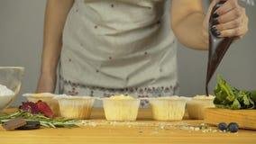 Adicione o enchimento Queques com creme e enchimento vídeos de arquivo