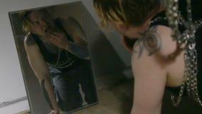 Adicto y espejo durante retiro almacen de metraje de vídeo