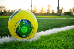 Adidas-Ball auf grünem Gras Stockfotos