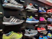 Adidas folâtre des chaussures photos stock