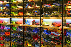 Adidas folâtre le magasin de chaussures photos stock