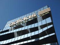 Adidas-größter Flaggschiffspeicher Stockbilder
