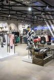 Adidas kaufen bei Emquatier, Bangkok, Thailand, am 15. Oktober 2017: Luxu Lizenzfreie Stockfotos